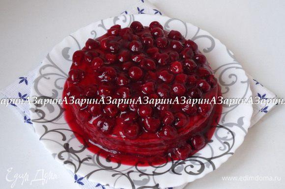 Застывший торт полить вишневым соусом и подать к столу.