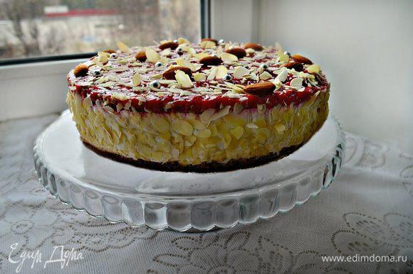 Украсить бока и верх торта слегка подсушенными на сухой сковороде лепестками миндаля.