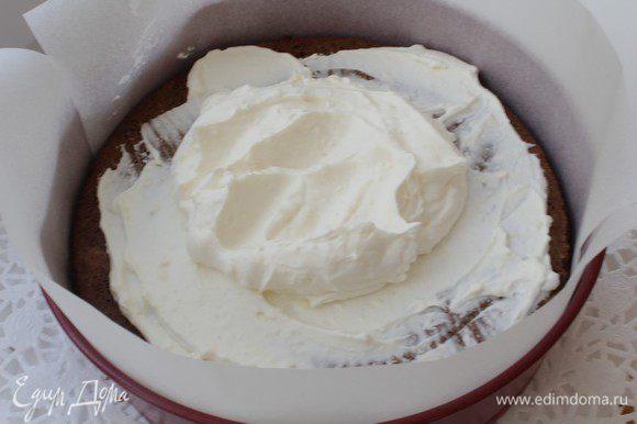 Бортики покройте бумагой для выпечки,распределите крем на торте.