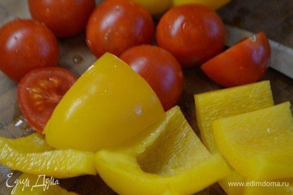 Тем временем перец и помидоры помыть.Помидоры нарезать пополам (можно также взять обычный помидор, тогда его нужно нарезать дольками). У перца удалить семена и перегородки и нарезать небольшими квадратами.