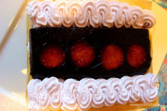 На четвертый слой теста выложить полоску желе с физалисом, украсить сливками.