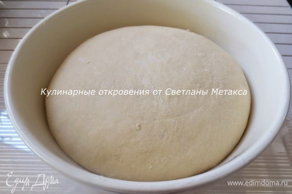 В маленькой кастрюле слегка нагреть молоко, раскрошить дрожжи, добавить 1 ст.л. сахара и 2 ст.л. муки, перемешать, накрыть и оставить на 15 минут. Сливочное масло растопить, остудить до теплого состояния. Яйцо с сахаром взбить венчиком, соединить с маслом, вновь перемешать. Затем добавить оставшееся теплое молоко, теплые сливки и все хорошо перемешать. Муку просеять, добавить ванилин, соль, перемешать. Сделать углубление, налить оливковое масло и добавить уже ранее смешанные ингредиенты. Замесить мягкое тесто, собрать его в ком и накрыв пленкой, оставить в теплом месте на 1-2 часа. Тесто долэно увеличиться в объеме
