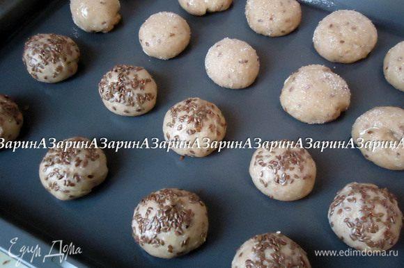 Как вариант, можно сделать вот такие булочки. Часть шариков обмакнуть в белок, а затем в сахар, а другие так же в белок и льняное семя. Те, что с льняным семенем - булочки для бутербродов.