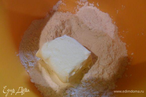 Муку растереть со сливочным маслом.