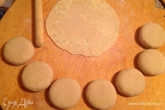 Раскатываем скалкой уже готовый шарик с начинкой, толщиной 2-3 мм.
