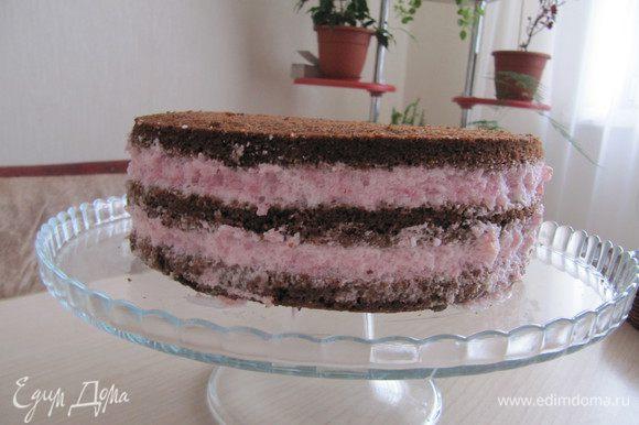 Сборка торта. Возьмите форму кольцо,положите один корж. Намажьте ягодно-сливочную массу, положите второй корж, также намажьте кремом, накройте третий корж. Поставьте торт в холодное место на несколько часов. Далее осторожно снимите кольцо с торта.