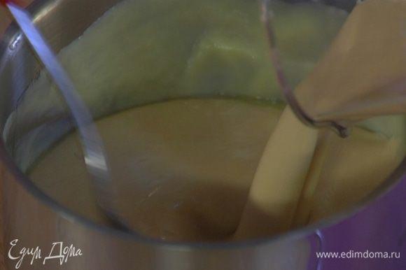 Яично-сахарную массу влить в растопленный шоколад с маслом и все перемешать до однородного состояния.