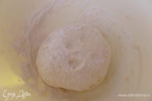 Смешать муку с нарезанным кусочками маргарином и солью. Влить воду, воды может понадобится больше и замесить тесто. Завернуть в пищевую пленку и на час убрать в холодильник.