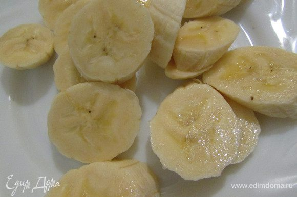 Банан помыть, почистить и нарезать небольшими кусочками.