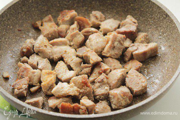 Филе индейки порежьте кусочками и обжарьте до золотистой корочки на оливковом масле. Затем отложите в отдельную тарелку.