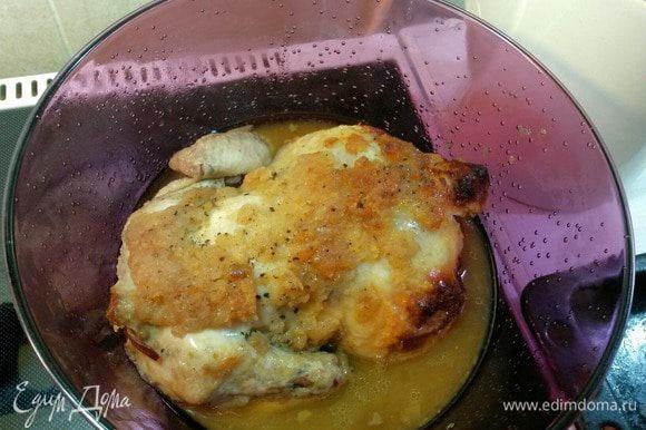 Запекать курицу в кулинарном рукаве (пакете) при температуре 200 градусов. После закипания убавить температуру до 180 градусов. Запекать час. Пакет завязать таким образом, чтобы сверху он не прилипал к курице.