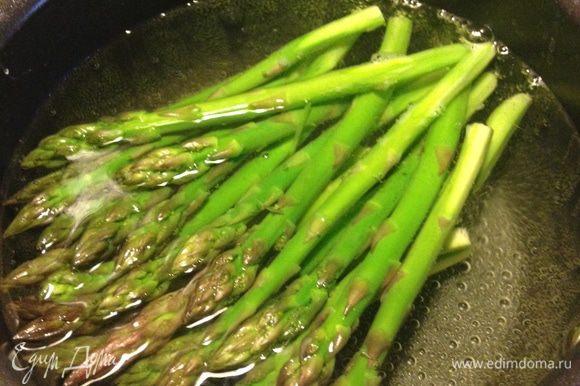 Креветки помыть и обсушить. Помидоры нарезать пополам. В оригинальном рецепте используется стручковый горошек, но я его заменила на спаржу-больше нравится:) Спаржу вымыть, обломать нижнюю часть стебля и очистить овощечисткой жёсткие концы. Бланшировать в кипящей воде, затем откинуть на дуршлаг и обдать холодной водой.