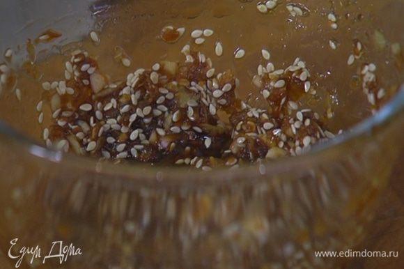 Приготовить маринад: измельченный чеснок и натертый имбирь добавить к сахару с соевым соусом, всыпать кунжут и все перемешать.