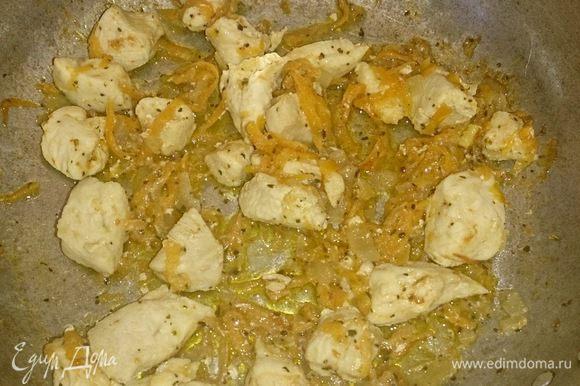 """Макароны """"перья"""" ставим варить. Тем временем очищенный лук шинкуем и морковь трем через крупную терку. Все это обжариваем на сковороде в подсолнечном масле. Куриное филе нарезаем кусочками и добавляем к луку и морковки."""