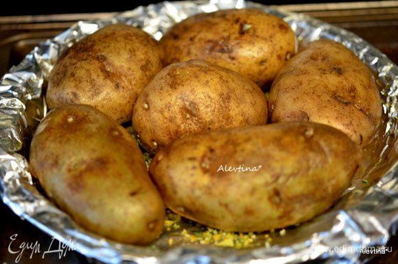 Картофель крупный промыть (если небольшой, то можно добавить клубней), обмакнуть бумажным полотенцем, вилкой проткнуть. Выложить на приготовленный противень с солью и пряностями. Смазать с оливковым маслом. Поставить в духовку на 60-75 мин.