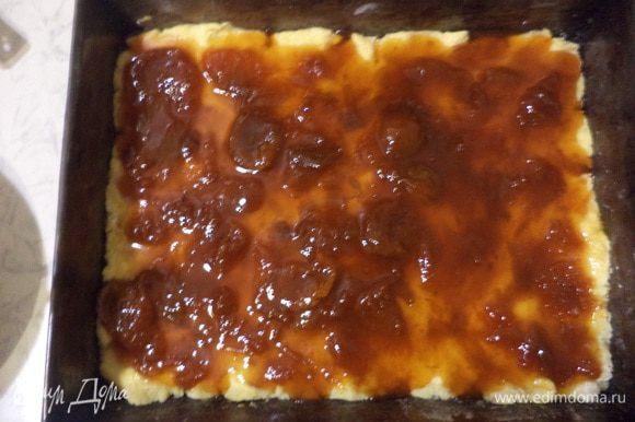Тесто раскатать в прямоугольный пласт, выложить в смазанный маслом противень. Намазать тесто вареньем, а сверху на варенье выложить слой орехово - кокосовой массы.