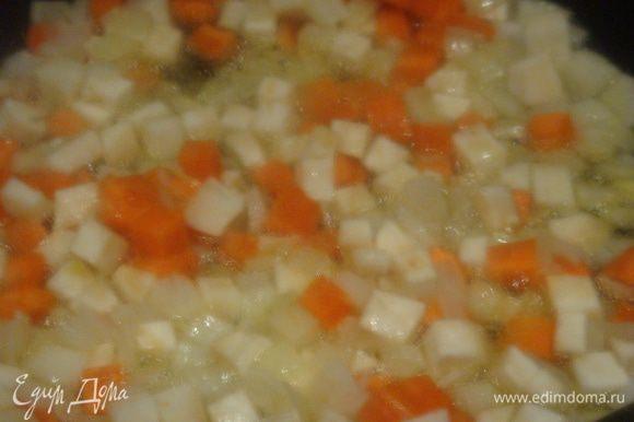 Разогреваем сковороду, наливаем сливочное масло, пассируем лук добавляем морковь и корень сельдерея (сельдерей я добавила по своей инициативе), можно не добавлять. Протушить 2-3 минуты.