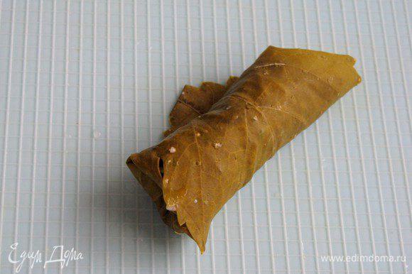 Заверните лист - накройте начинку нижним краем листа, затем правым и левым, потом верхней частью. Поступите так же с остальными листьями.