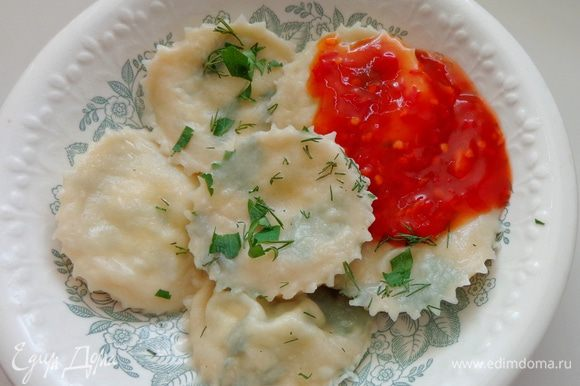 Варить в подсоленной воде минуты 4. Готовые равиоли полить соусом чили. Или подать со сметаной, если не хочется острого. Приятного аппетита!