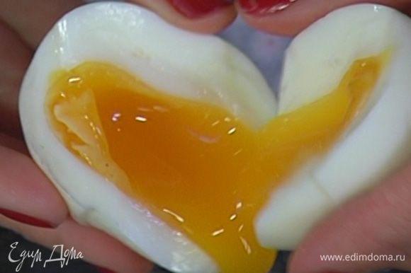 Яйца отварить вкрутую, затем почистить и отделить желтки (белки не понадобятся).