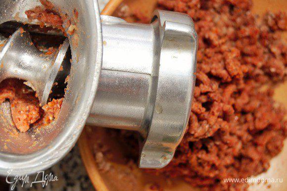 Измельчить отварную фасоль и вяленые томаты удобным для вас способом. Я прокрутила на мясорубку, потому что все мои блендеры сломаны. И кофемолка тоже.... Восстание машин какое-то) Остался только погружной блендер, но он такой мощный, что превратил бы все в однородную пасту. А мне хотелось, чтобы у паштета была текстура.