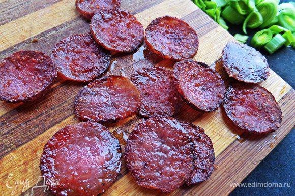 Салями обжариваем на сухой сковороде, вынимаем на салфетку или доску.