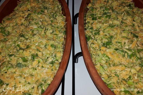 Я добавила немного оливкового масла в овощную смесь и выложила её в тарелки, поставила в духовку, включила на 200С и достала через 20 минут.