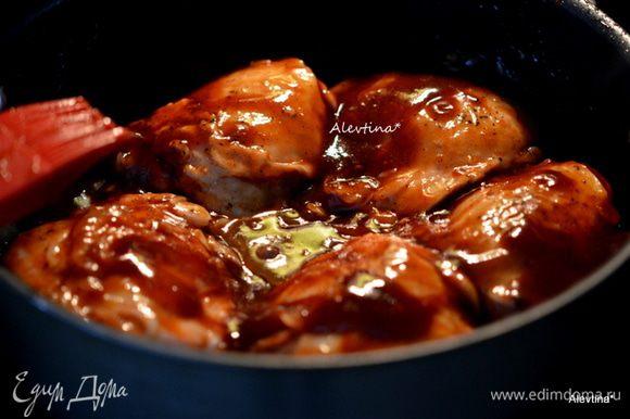 Полить куриные кусочки с соусом. Закрыть крышкой и готовить 40 мин. или до готовности.