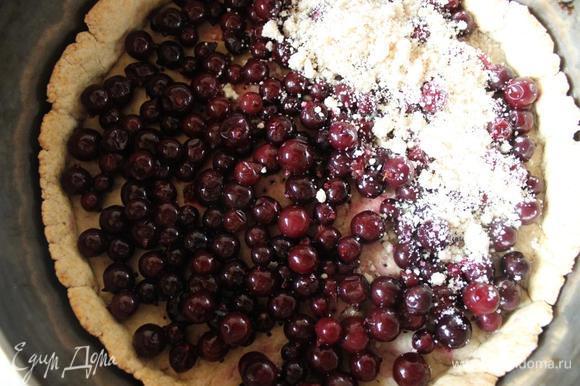 Достаем из духовки, выкладываем ягоды (замороженные как у меня предварительно лучше разморозить), посыпаем оставшейся крошкой и возвращаем в духовку на 15 минут.