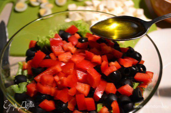 Готовим заправку: оливковое масло + лимонный сок добавляем в миску и перемешиваем.