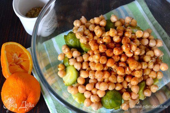 Сбрызнуть салат оливковым маслом и соком апельсина. Добавить паприку и посолить по вкусу.