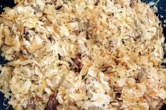 Добавить капусту к луку и грибам, влить грибной отвар и потушить 10 минут.