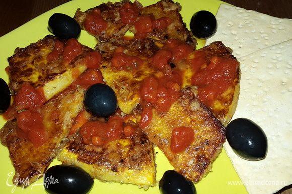 На тарелки выкладываем немного томатного соуса, затем кусочки тыквы, сверху ещё немного соуса и маслины. Наслаждаемся потрясающим вкусом!