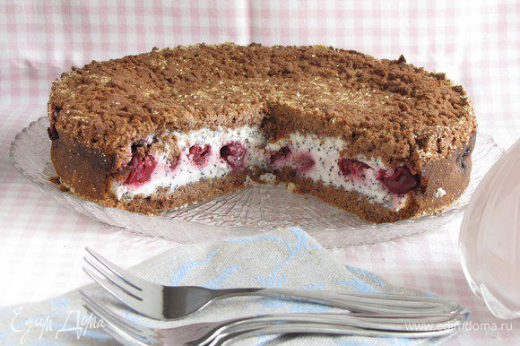 Разрезать и подавать к чаю. Тесто у пирога получается рассыпчатым, поэтому есть лучше десертными вилочками.