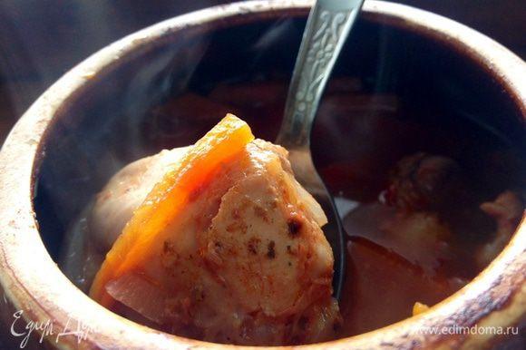 Цыпленок в духовке уже час выдает свои ароматы. Спиральки сварены. Вынимаем цыпленка из горшочка вместе с получившимся вкусным соусом, перемешиваем все с макаронами. Приятного аппетита:-) Это очень вкусно :-)