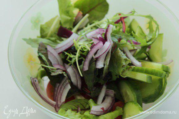 Помидоры и огурцы, сверху присыпать салатом и мелко прорезанным луком, выдавить сок лимона, поперчить, заправить оливковым маслом и посолить. Перемешать.