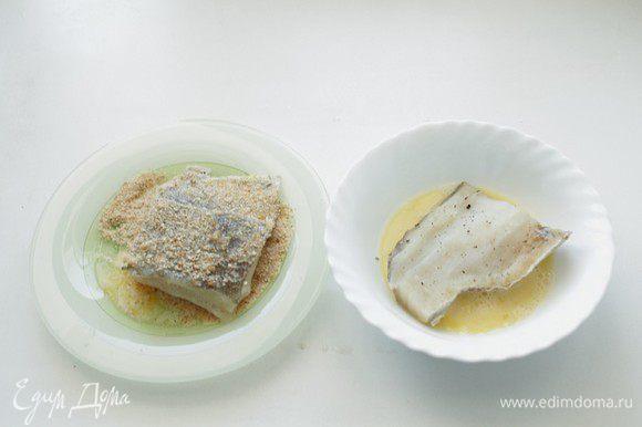 Яйцо взбить слегка вилкой, обмакнуть каждый кусок рыбы. Затем обвалять в сухарях.