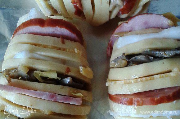 Картофель посолить, поперчить (по вкусу), а в разрезы поочередно вставлять слайсы ветчины, сыра, грибов( можно использовать сырые шампиньоны, а можно, как я, брать обжаренные с лучком вешанки),сальца (по желанию, для кого слишком калорийно, можно обойтись и без сала)