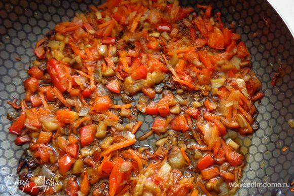 Почистить шампиньоны, шляпки присолить и отложить, а ножки мелко порезать и обжарить с тертой морковкой, болгарским перцем и луком. Посолить, поперчить, добавить приправы по вкусу.