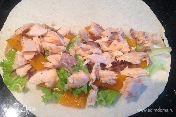 На половину лепешки выложите листья салата, лук с болгарским перцем, лосось (ломтиками) и натертый сыр. Накройте второй половинкой...