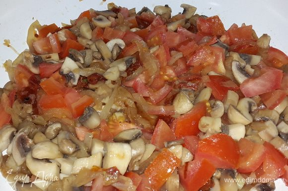 Отправляем их к луку с грибами и тушим на медленном огне 5-7 минут. Можно добавить немного масла от вяленых томатов.