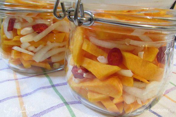 Подготовленные овощи слоями уложить в баночки.