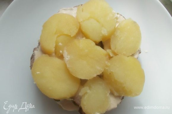 Сверху слой картофеля и поливаем заправкой.