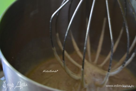В другой емкости смешать растопленное сливочное масло, лимонный экстракт, лимонную цедру 1 лимона, яйцо, добавить сухую смесь, перемешать.