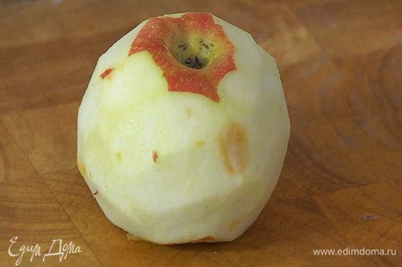 Яблоки очистить от кожуры и, удалив сердцевину, нарезать крупными дольками.