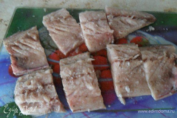 Каждое филе разрезать на четыре части. Посолить и поперчить.