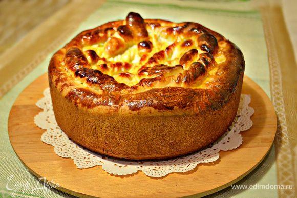 Готовому пирогу дать немного остыть на решётке и затем выложите на блюдо. Вот какой высоченный красавец у нас получился!