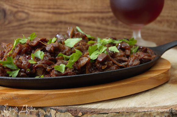 Готовое блюдо присыпать зеленью. Идеальный гарнир – либо рис, либо отварной картофель. Приятного аппетита!