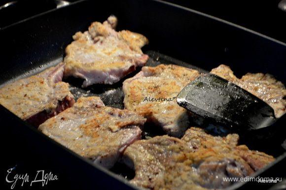 На горячую сковороду с маслом выложить свиные отбивные в муке и обжаривать по 3 мин с каждой стороны. Переложить на тарелку.