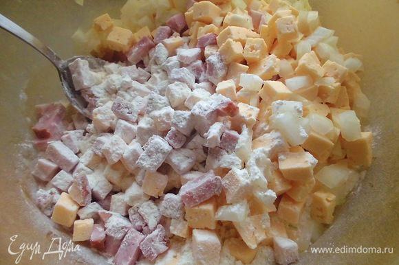 Зеленый лук вымыть, просушить и нарезать. Муку просеять вместе с разрыхлителем. Добавить нарезанную грудинку, сыр и лук. Тщательно перемешать.